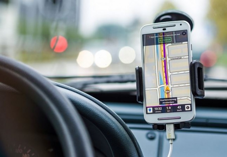 Fogadj meg egy tanácsot: ne töltsd a telefonodat az autóban