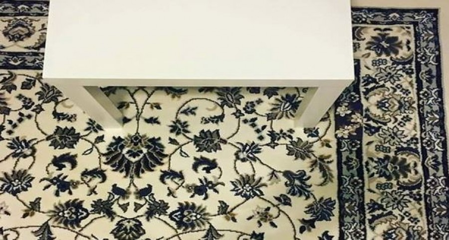 Ezen a fotón nem csak egy asztal és egy szőnyeg van. Egy okostelefon is ott lapul valahol
