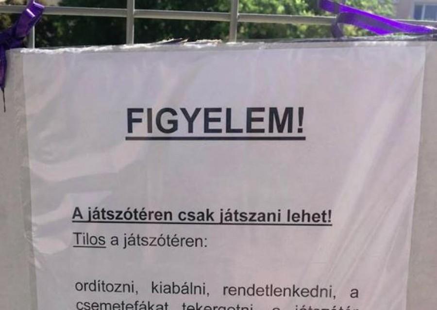 Egy játszótér kerítésére rakták ki ezt a felszólítást...