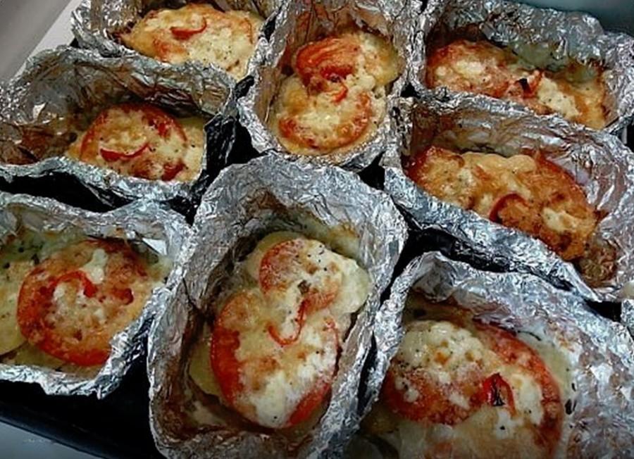 Nagyon jó ötlet! Az alufólia tálacskában gyorsan megsül az étel, és mindenkinek olyan ízekkel töltheted meg, amit a legjobban szeret!