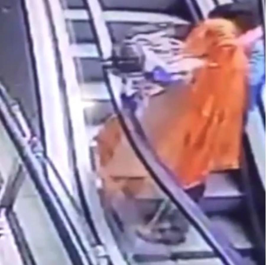 Tragédia: kiesett az anyja karjából, meghalt egy baba a bevásárlóközpontban