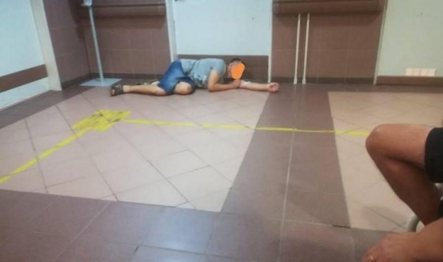 Az elviselhetetlen fájdalmaitól szenvedő beteg férfi, így feküdt le a Debreceni Sürgősségi Ambulancia ajtaja elé, miután könyörgése ellenére sem kapott segítséget.
