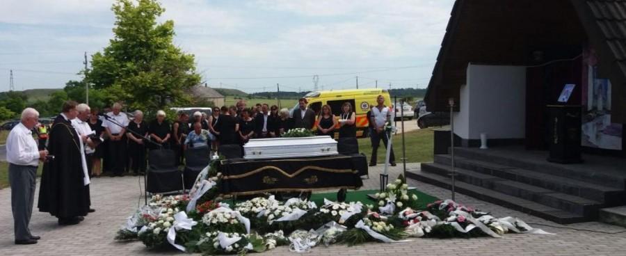 Ezt mondta a pap a 8 éves sólyi kislány temetésén - miközben rendőrök vigyáztak a gyilkos házára