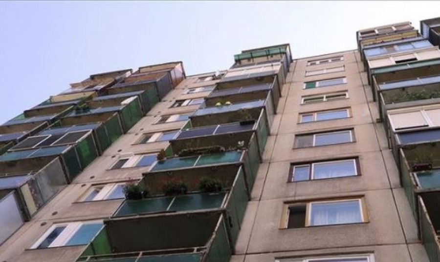 A második emeletről zuhant ki egy másfél éves kisgyerek