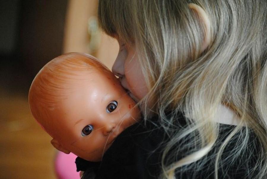 A te kislányod is bal karjában ringatja a babáját? Ez nem véletlen! Egy fontos dologra utal.