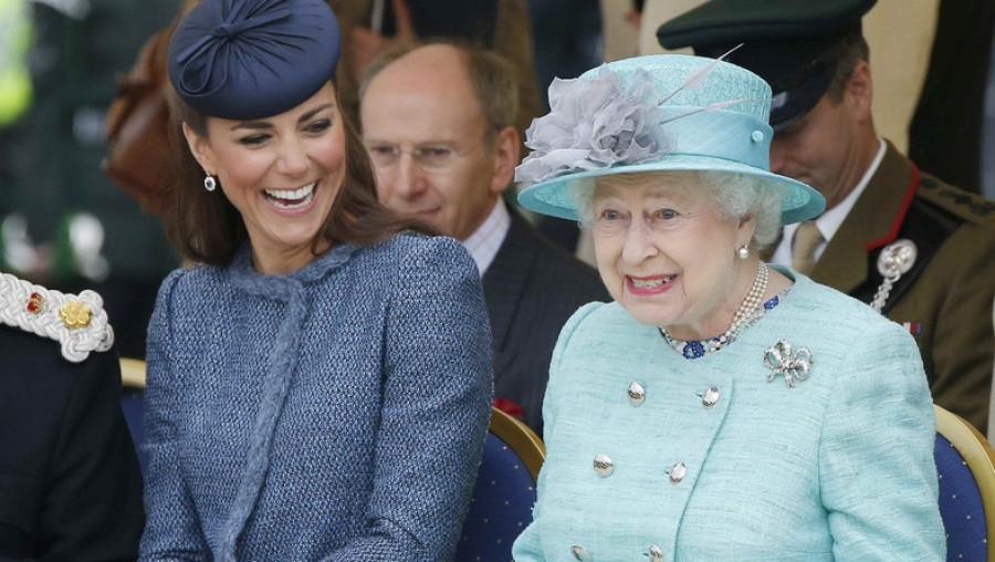 Testbeszéde elárulta a királynőt, kit kedvel jobban: Katalin hercegnét vagy Meghan Markle-t