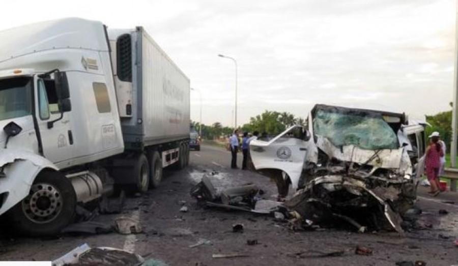 A vőlegény és tizenkét családtagja hunyt el egy szörnyű autóbalesetben, miközben az esküvőre tartottak