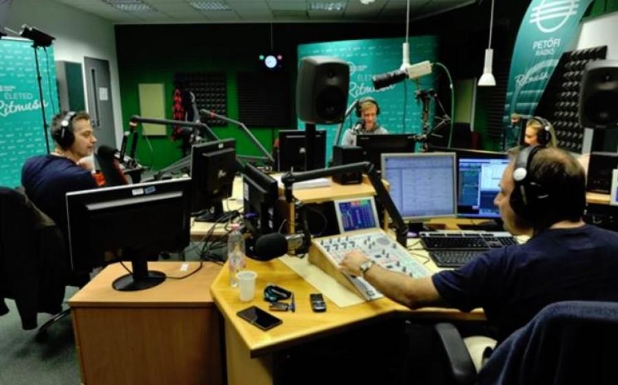 10 percig bírta hallgatni a közszolgálati rádiót, utána bejelentést tett
