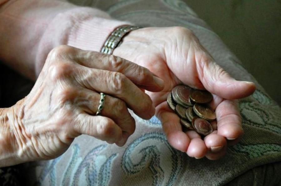 Tegnap a boltból kilépve találkoztam egy idős nénivel, akiWC papírra gyűjtött pénzt