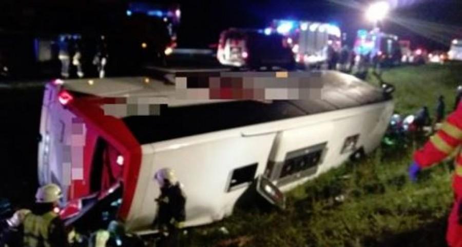 Árokba borult a busz, 14 ember került kórházba