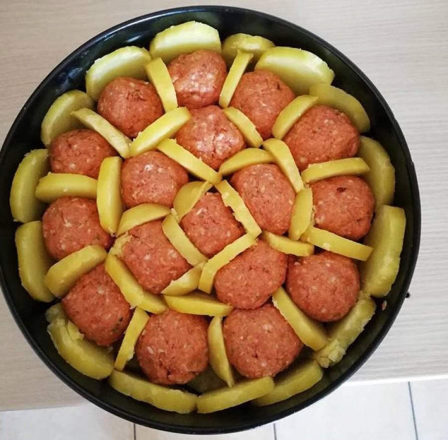 A darált húsból golyókat formált, tortaformába tette, majd körberakta burgonyával, csodás finomság lett!