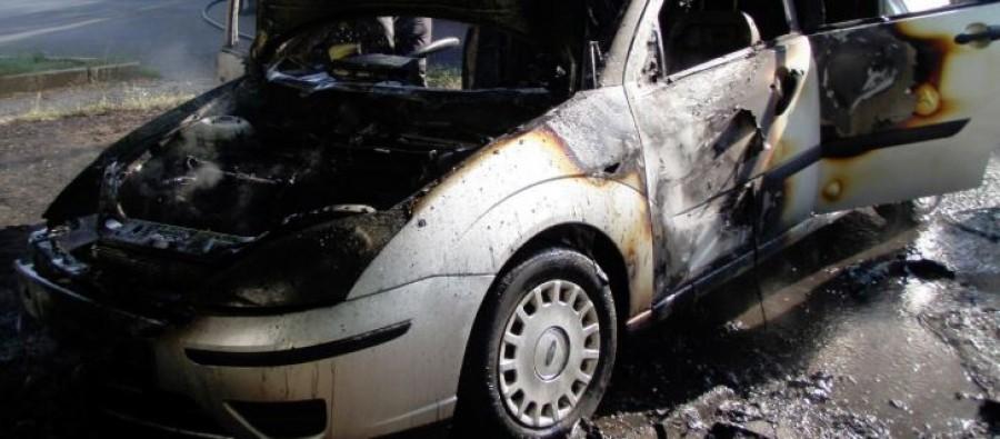 Pillanatok alatt lángra lobbant az egész autó. Egy négy tagú család utazott a kocsiban.