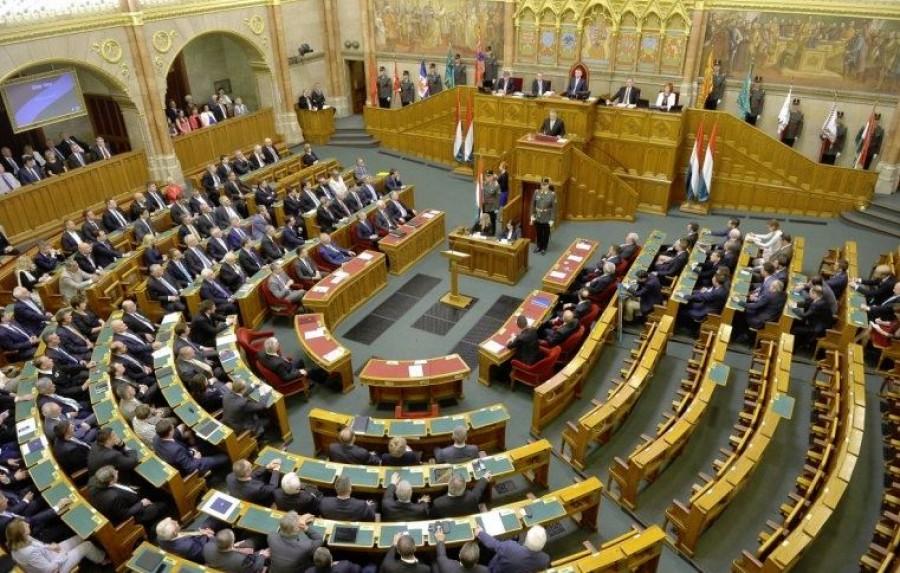 Elájult egy fideszes képviselő a Parlamentben egy ellenzéki felszólalás alatt