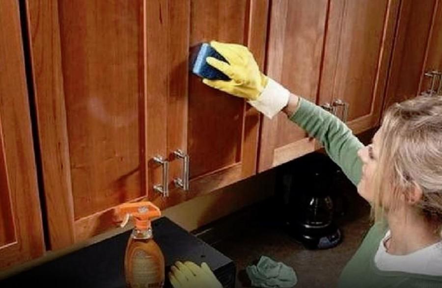 Ez a házi tisztítószer eltünteti a konyhaszekrényről a zsíros foltokat és minden más lerakódást